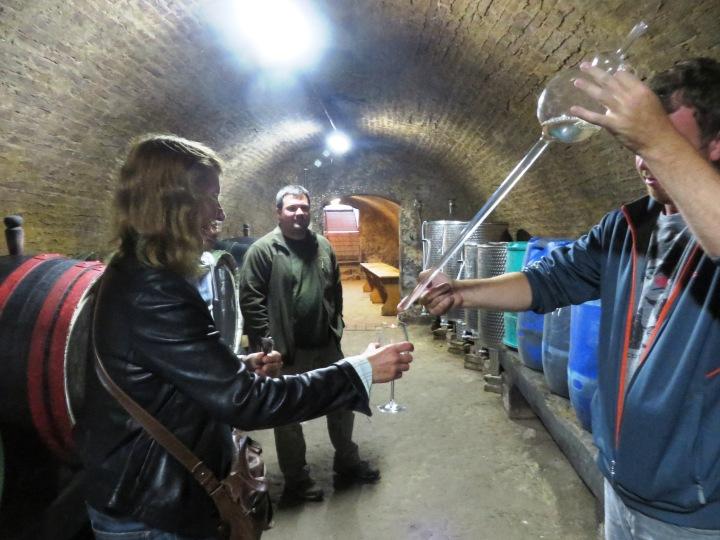 Degustando vinho com o koštýř na Vinícola Antoš.