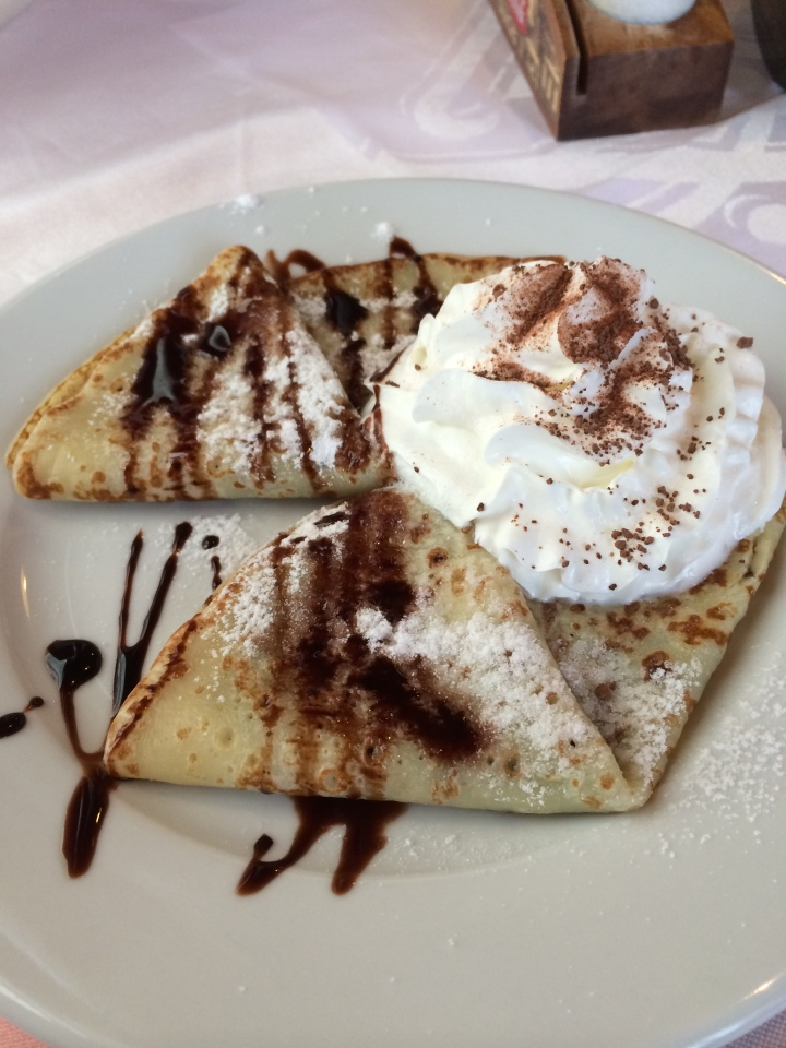 Palačinka se zmrzlinou, ovocem a šlehačkou (Crepes with ice-cream, fruit and whipped cream)